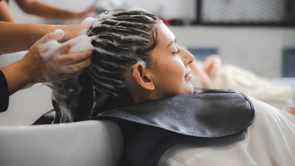 epitete massage cheveux